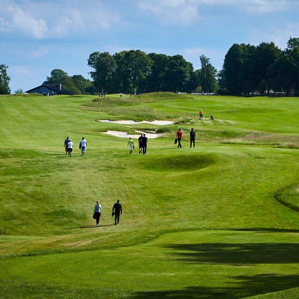 Golfbane med golfspillere på