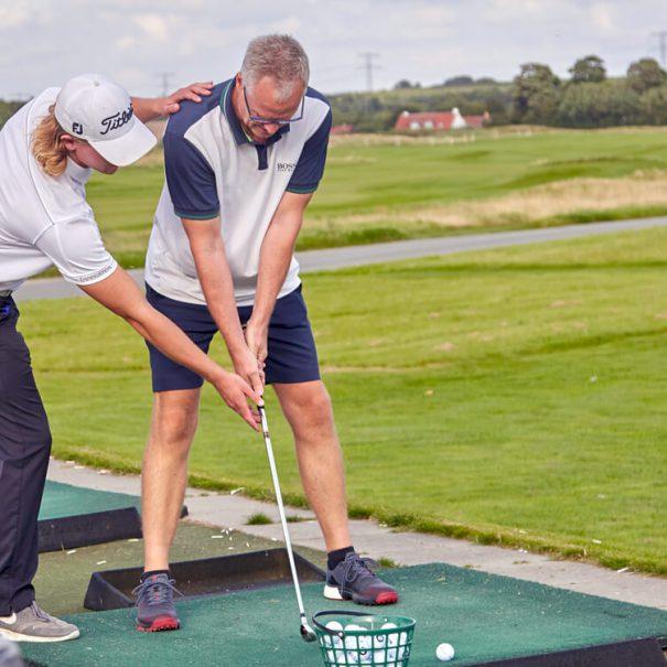Golftræner er i gang med at undervise
