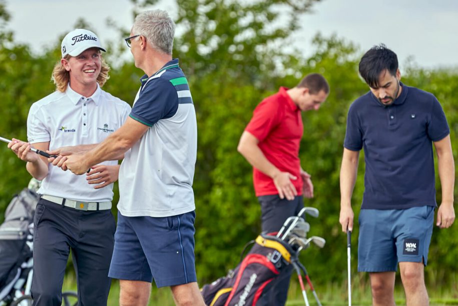 Golftræner i gang med undervisning
